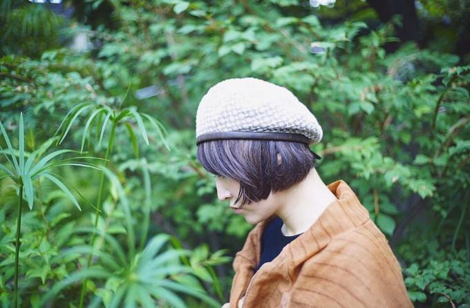 「PUT ON(プットオン)」のベレー帽を被った女性