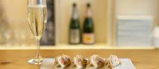 シャンパンと餃子が大人気の「ハトコヤ」