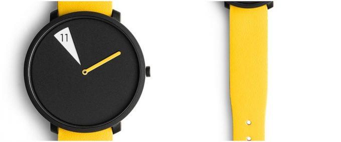 ちらりと覗くマスタードカラーの腕時計