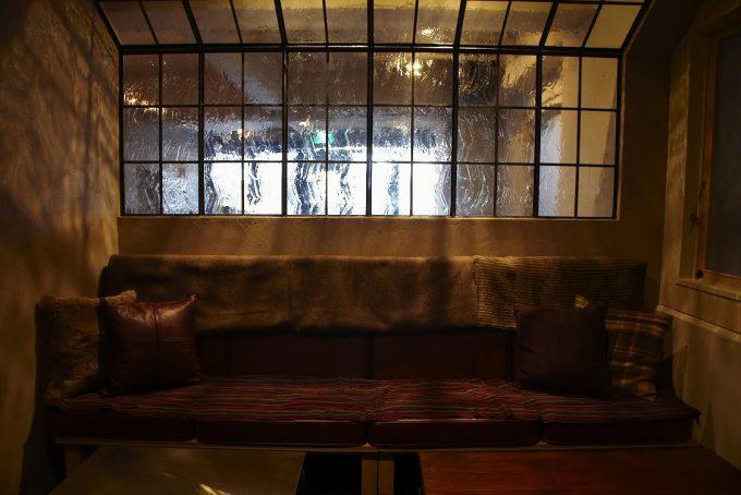カフェダイナー「NUMBER A」の落ち着いた店内が分かる画像