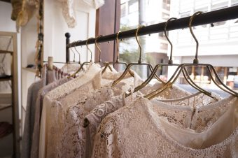 レースと刺繍を取り入れて、沈みがちな冬のファッションを華やかなものに