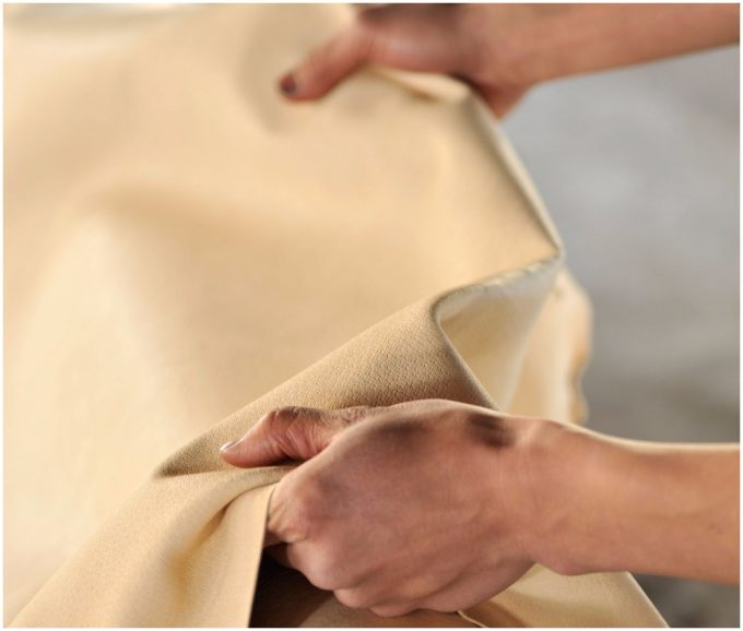 「leatheria(レザリア)」の洗えるレザーバッグの革