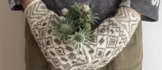「handmade mittens SUNAO」のミトンをはめてお花を持った手