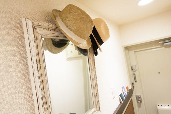 鏡に飾られた帽子でアクセントに