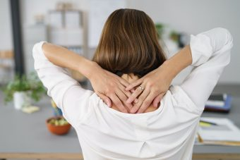 座りながら簡単エクササイズ。固まった肩回りをほぐす「どこでも肩こり解消」