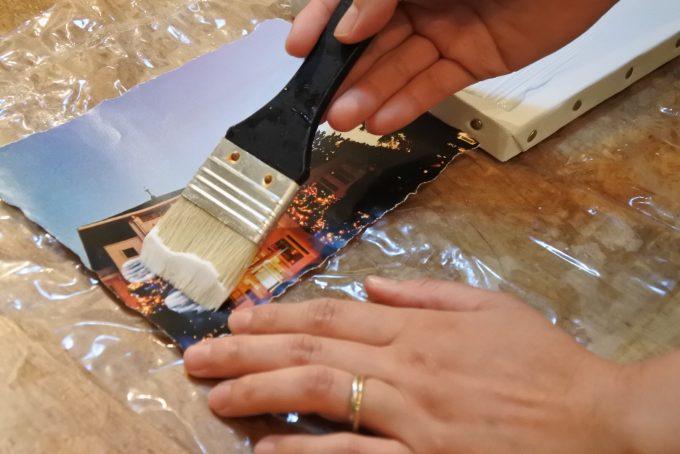 真とキャンバスの表部分にジェルメディウムを塗っているところ