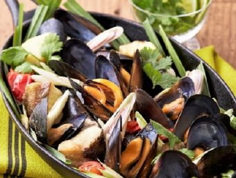 お鍋一つで簡単!シメまで美味しい、あっと驚く簡単レシピ「ムール貝のレモングラス蒸し」