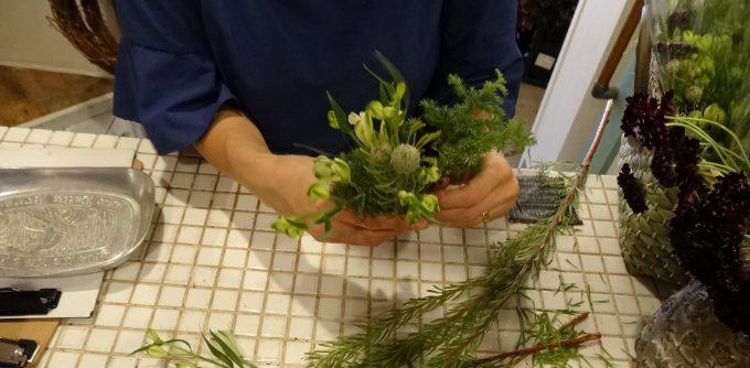 「Spice(スパイス)」の森さんが花束を作っているところ
