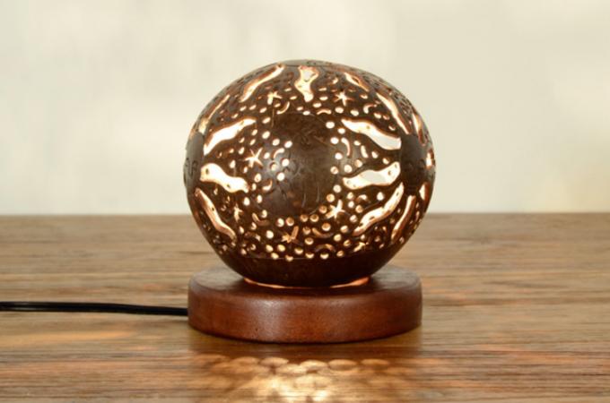 「KAJA(カジャ)」のココナッツの殻を使ったボールランプ