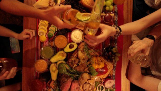 アボカド料理と乾杯をしているシーン