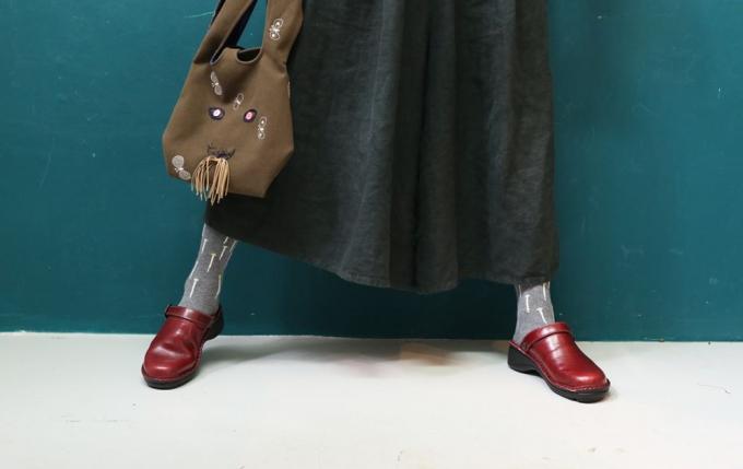 NAOTのサボと靴を使ったコーディネートの様子