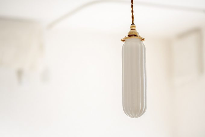 飛松さんが作った細長のランプシェードの写真