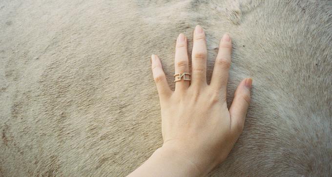 「yoi(ヨイ)」のリングを指にはめている様子