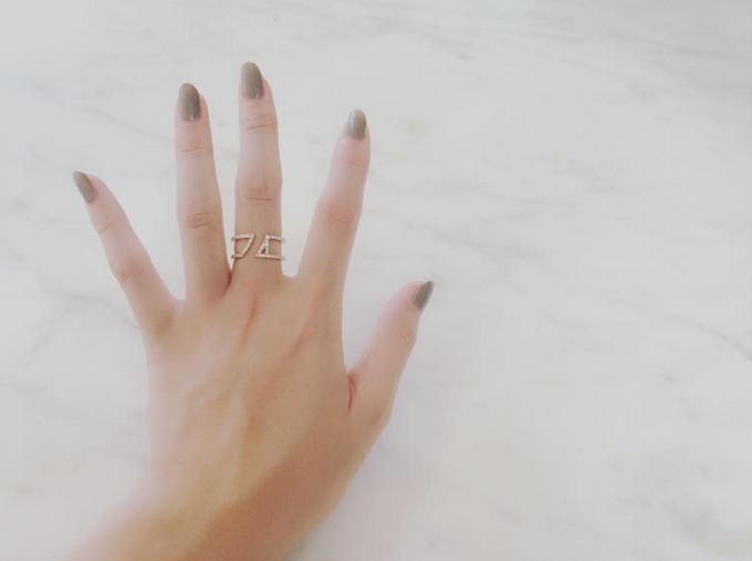 「yoi(ヨイ)」のリングを指につけている写真
