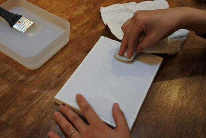濡れ雑巾で表面の紙をふやかしているところ