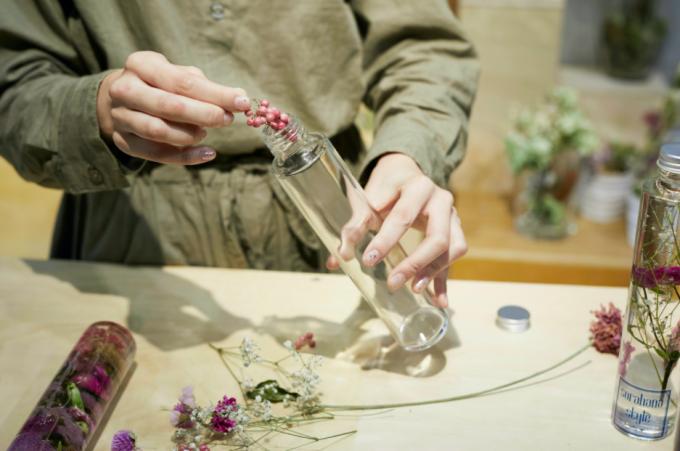 ハーバリウムの作り方。ボトルにお花を入れているところ