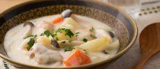 ほっこり温まる冬の定番料理。ゴロゴロ野菜が美味しい「チキンクリームシチュー」のレシピ