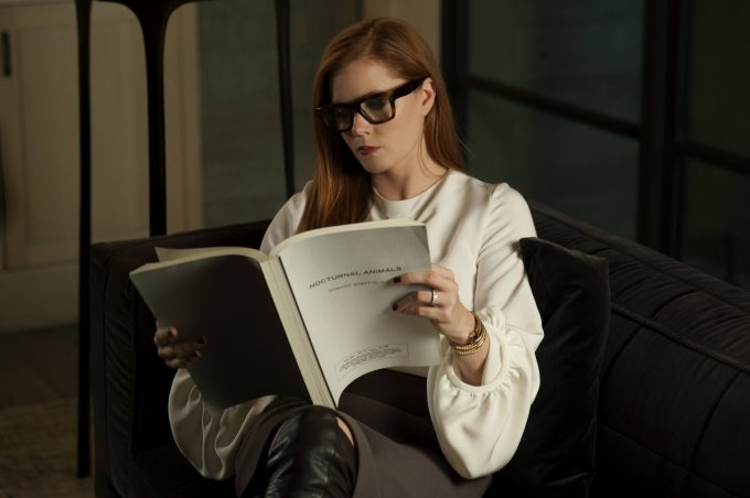 エイミー・アダムス演じるスーザンが本を読むシーン