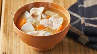 具だくさんで栄養満点。心も身体も温まる、冬の定番料理「豚汁」の作り方