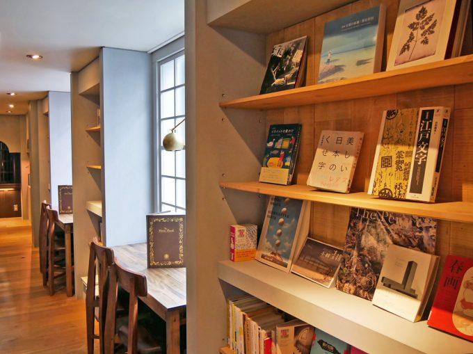 本と珈琲 梟書茶房の店内の風景