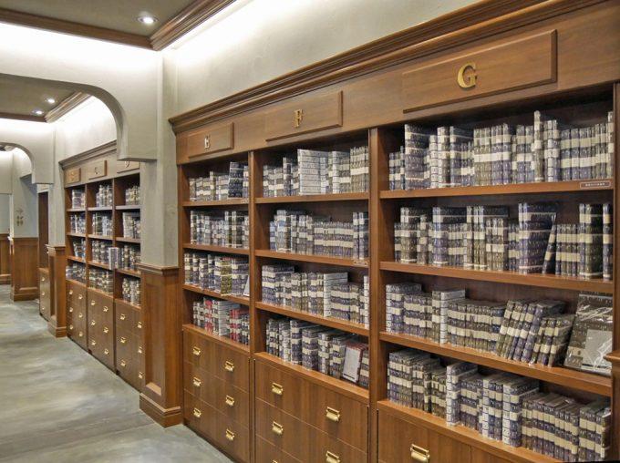 本棚にずらりと並んだ本の数々