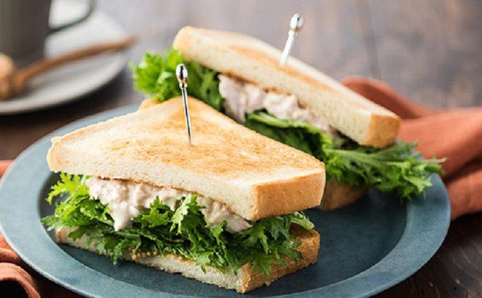 やみつきになる「わさび菜のサンドイッチ」