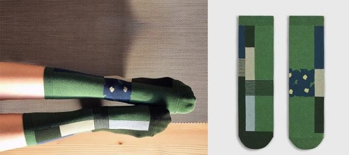 グリーンをベースにしたデザインのソックスの写真
