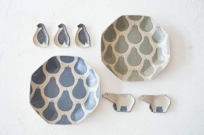 ペンギンとシロクマの豆皿と、果物が描かれたお皿の写真