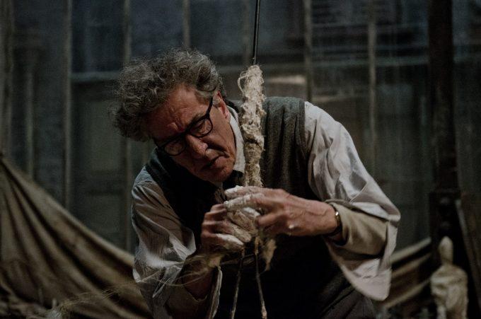 映画「ジャコメッティ 最後の肖像」のシーンより、彫刻をしているジャコメッティ