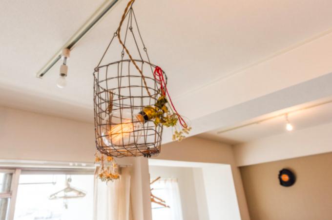 ワイヤーかごに電球を入れて作ったDIYランプの写真