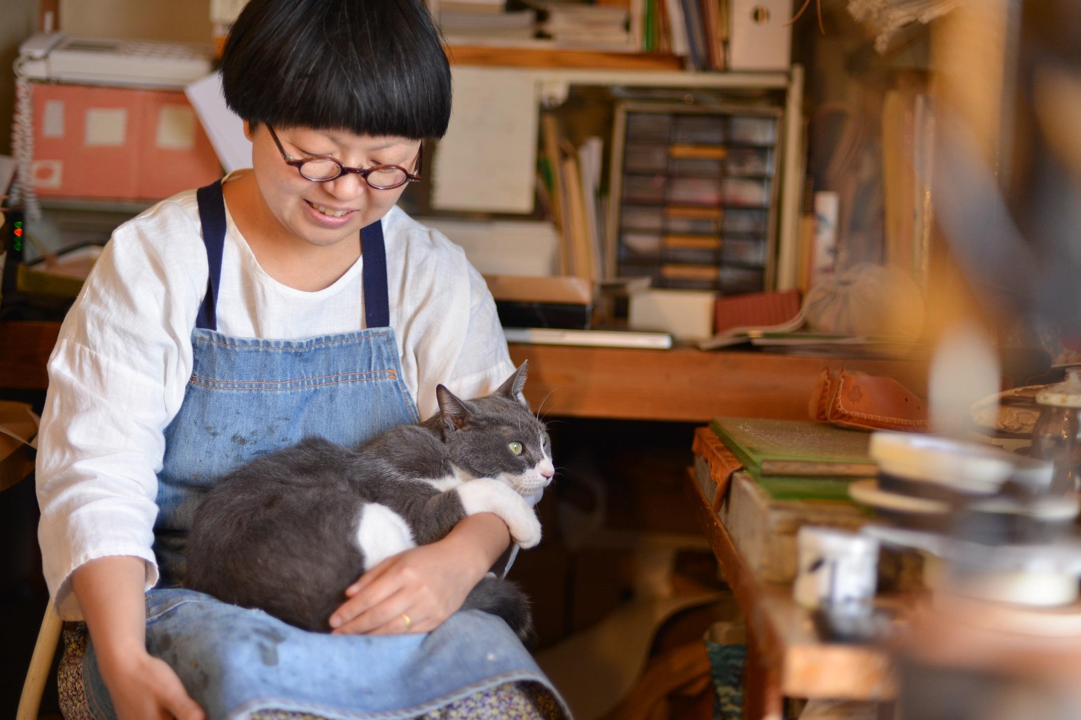 オーダーメイドの革靴店『uzura』の高橋さんと猫のタビくん