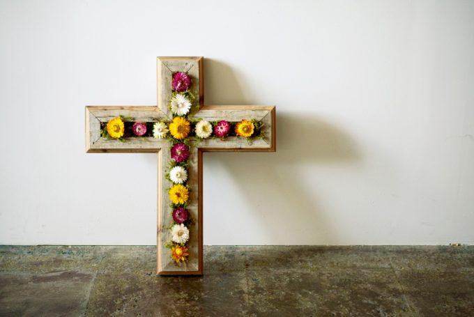 十字架の形をした乾燥花画の写真