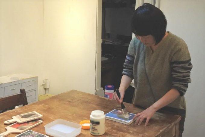 写真企画室ホトリで作業をするsaorinさんの写真