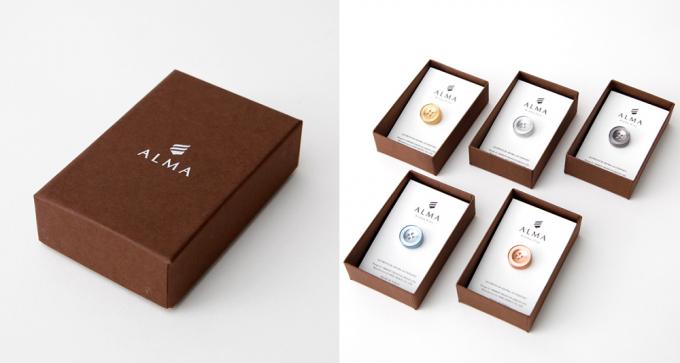 「ALMA(アルーマ)」のピンズを入れるパッケージの写真