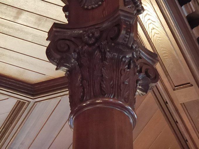 丸の内にある三菱一号館美術館「Café 1894」の店内にある柱