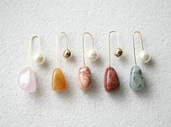 自然な輝きで耳元にアクセントを。冬の装いを華やかに彩る「MUUTS」のカラーストーンピアス