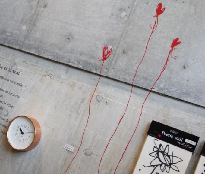 『Poetic wall(ポエティックウォール)』のウォールシールを使っている様子
