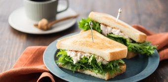 ふんわり挟んでおしゃれな仕上がり。ちょっぴり辛い「わさび菜のサンドイッチ」のレシピ