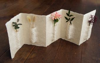 やさしい白に、お花の色がそっと映える。「西島和紙工房」の和紙の花器