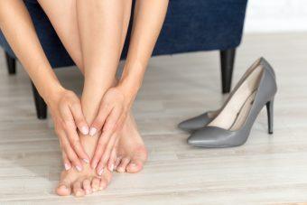脚のむくみにも、冷え性にもさよなら!座りながらできるストレッチ「足首パタパタ」