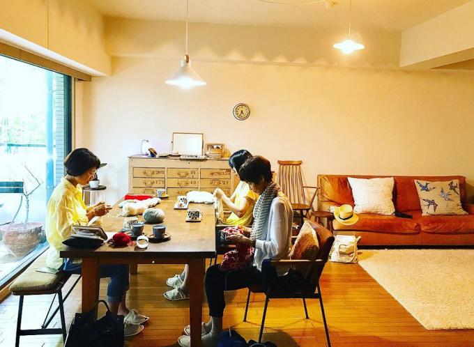 「amuhibi knit」のニットカフェの様子