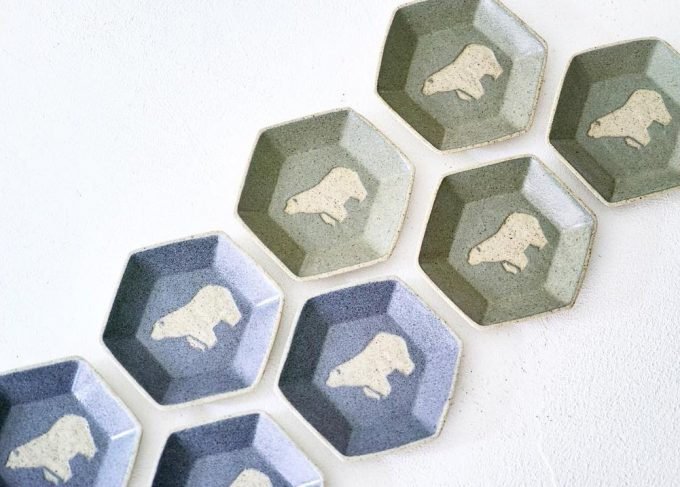 「苔色工房(コケイロコウボウ)」のシロクマが描かれた豆皿の写真