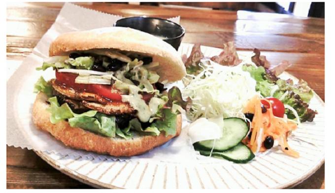 カフェで取り扱われている黒豆ベジバーガー
