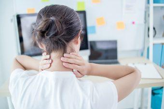 肩甲骨を大きく動かして、肩こりスッキリ。座りながらできる「グルグル肩回し」