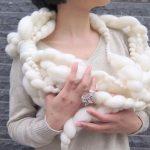 冬の首元を優しく包み込む。手紡ぎ糸で作られた「REIKO...