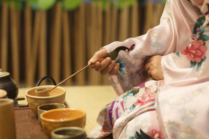 茶道をたしなむ女性の手元