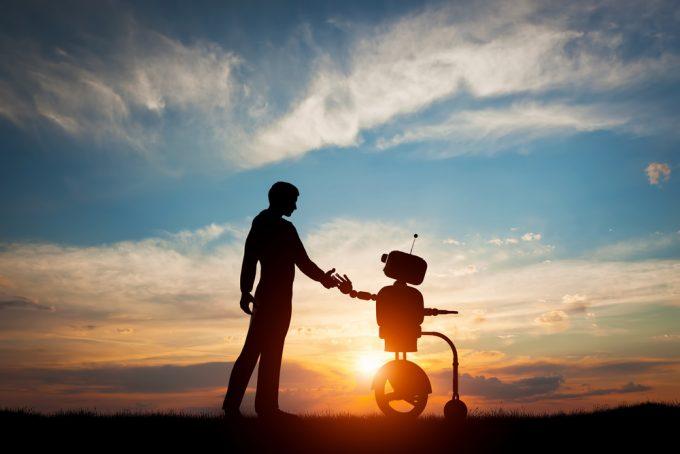 ロボットと握手をする男性の写真
