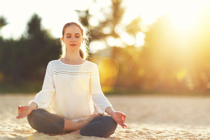 瞑想をする女性の写真