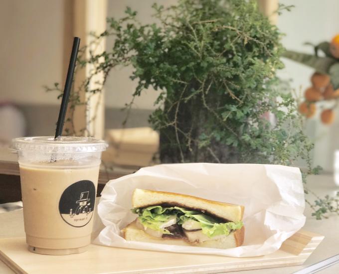 spread itのサンドイッチとカフェラテの写真