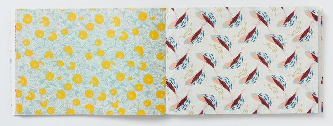 PARIS 100枚レターブック 花と鳥が描かれた紙の写真